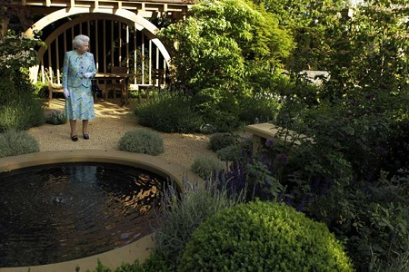 queen-elizabeth-ii-seeks-gardener-for-buckingham-palace-offers-over-rs-14-lakhs