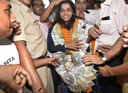 sakshi malik arrives in india ,got grand reception at airport
