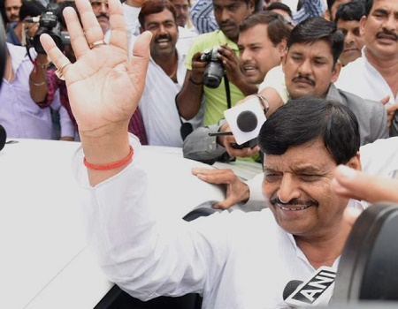shivpal supporters protest aganist shivpal resignation