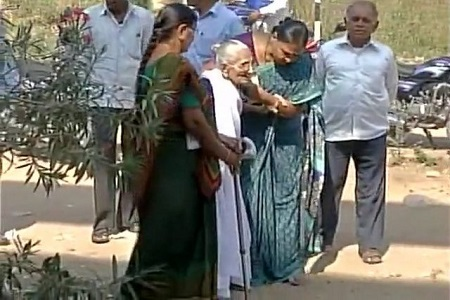 pm modi mother goes for note exchange
