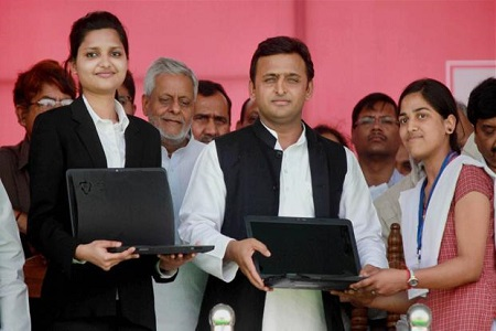 akhilesh-yadav-distribute-laptop-in-lokbhawan