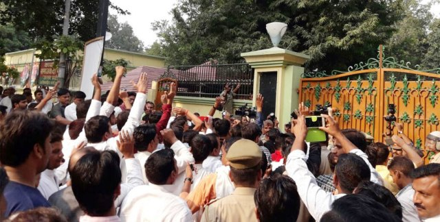 muslim-supporters-protesting-against-sp-at-mulayam-residence