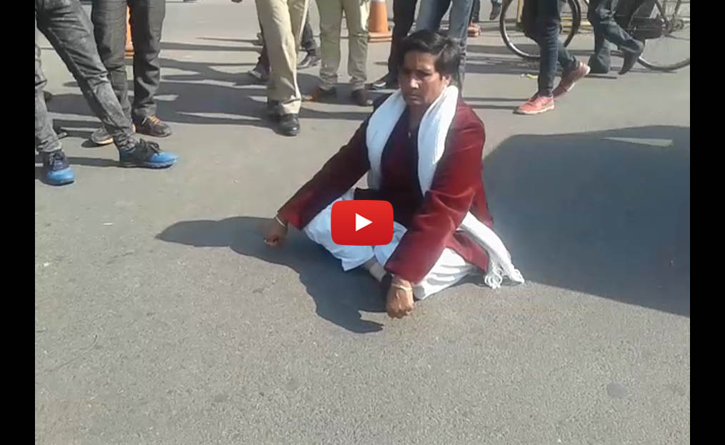 video-mlc-leelawati-protest-against-police-checking-hazratganj-lucknow