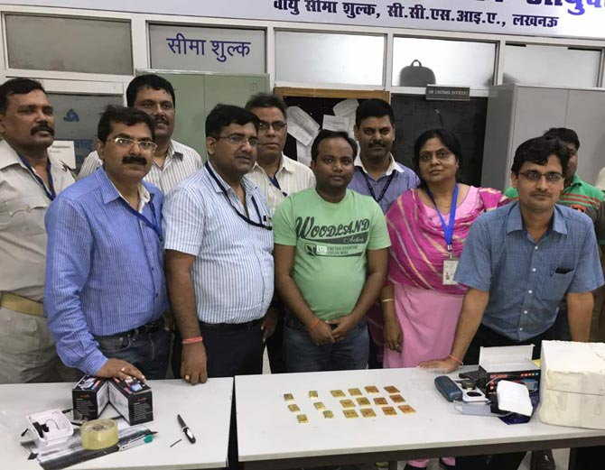 /UP-LUCK-2-smuggler-arrested-with-rs-63-lakh-gold-on-amausi-airport-lucknow