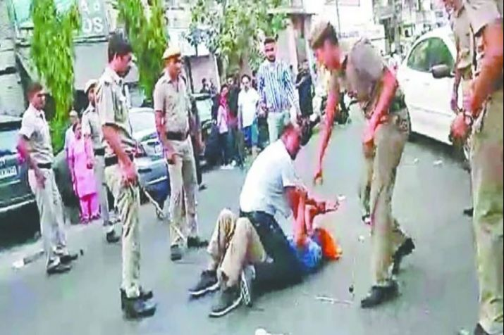 Delhi Police beat beating of Auto driver in Mukherjee Nagar in Delhi